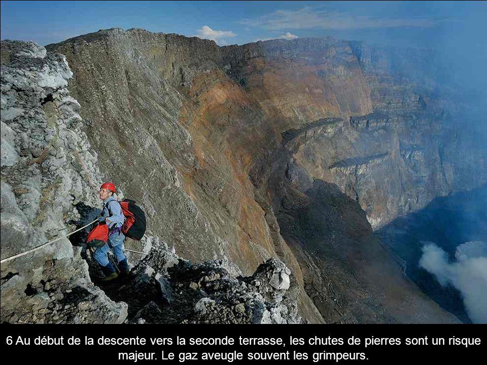 6 Au début de la descente vers la seconde terrasse, les chutes de pierres sont un risque majeur.