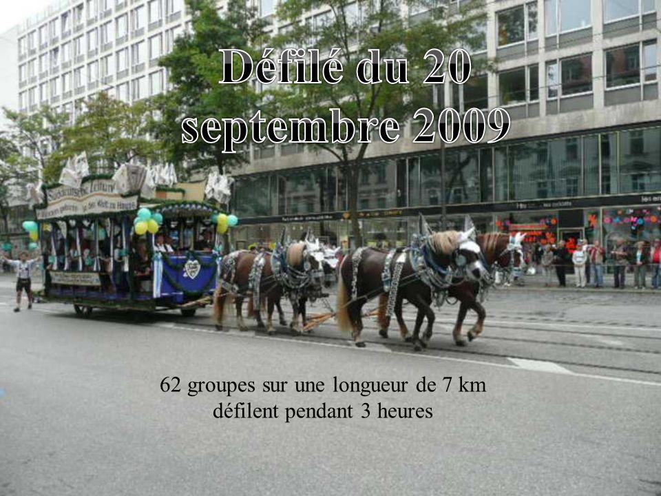 62 groupes sur une longueur de 7 km défilent pendant 3 heures