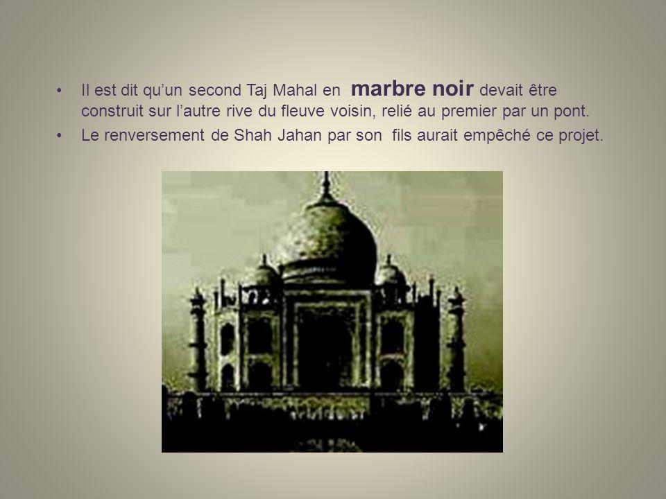 Il est dit qu'un second Taj Mahal en marbre noir devait être construit sur l'autre rive du fleuve voisin, relié au premier par un pont.