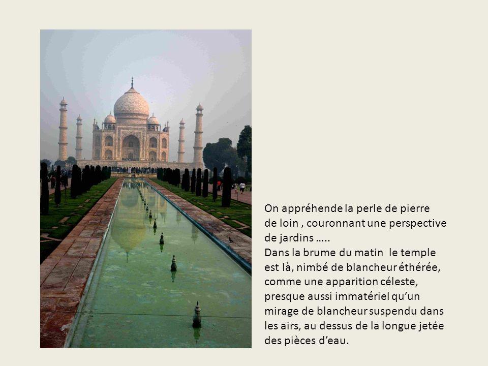 On appréhende la perle de pierre de loin , couronnant une perspective de jardins …..