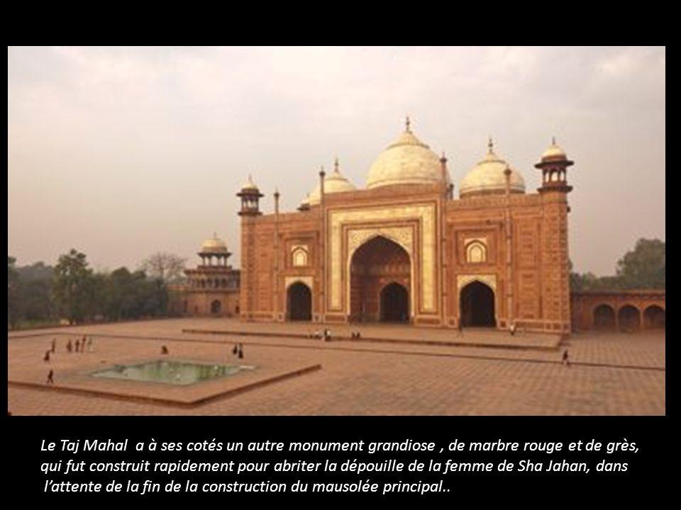 Le Taj Mahal a à ses cotés un autre monument grandiose , de marbre rouge et de grès,