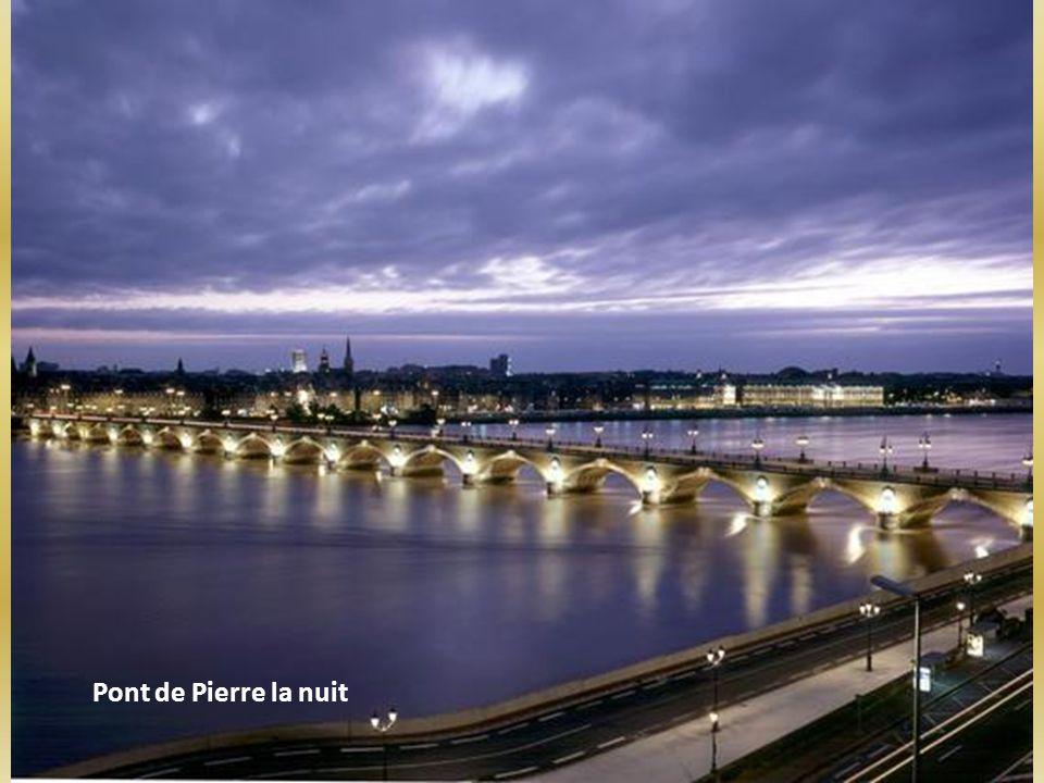 Pont de Pierre la nuit