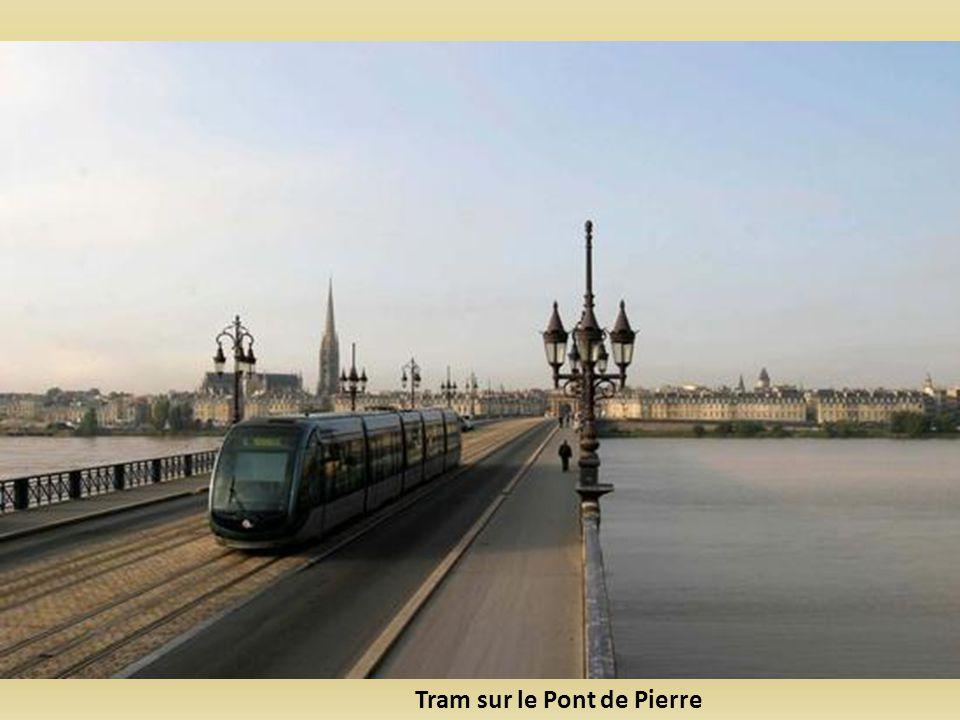 Tram sur le Pont de Pierre