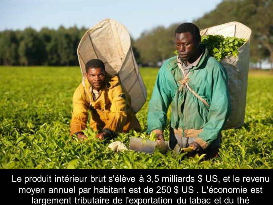 Le produit intérieur brut s élève à 3,5 milliards $ US, et le revenu moyen annuel par habitant est de 250 $ US .