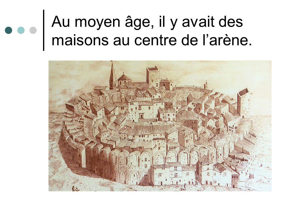 Au moyen âge, il y avait des maisons au centre de l'arène.
