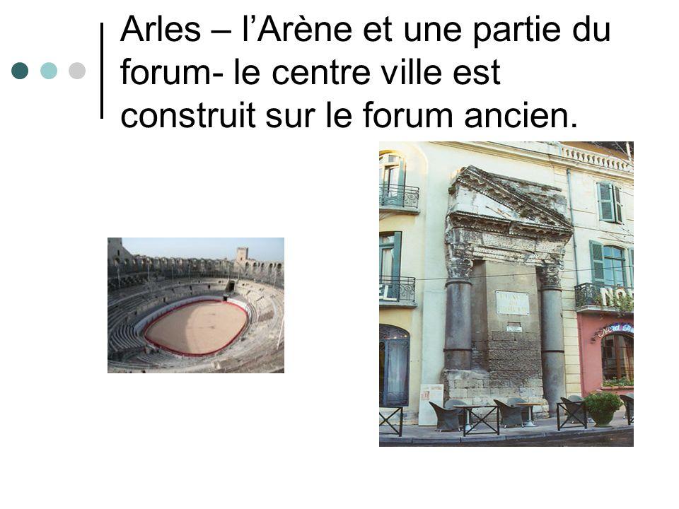 Arles – l'Arène et une partie du forum- le centre ville est construit sur le forum ancien.