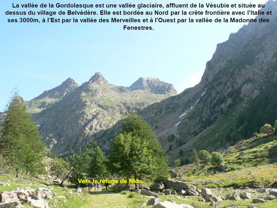 La vallée de la Gordolasque est une vallée glaciaire, affluent de la Vésubie et située au dessus du village de Belvédère. Elle est bordée au Nord par la crête frontière avec l Italie et ses 3000m, à l Est par la vallée des Merveilles et à l Ouest par la vallée de la Madonne des Fenestres.