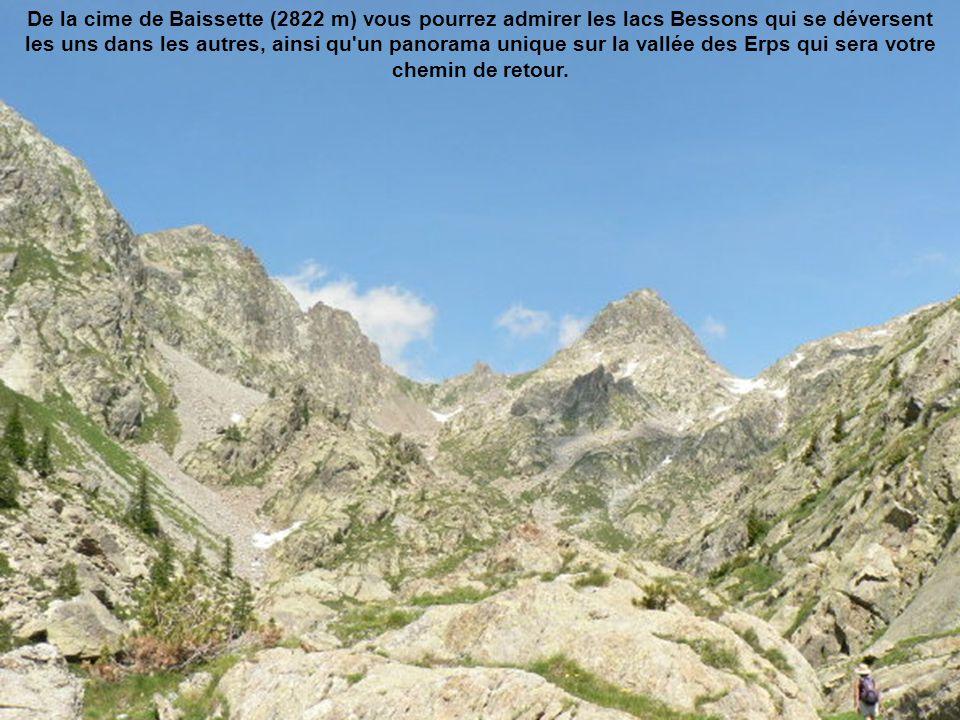 De la cime de Baissette (2822 m) vous pourrez admirer les lacs Bessons qui se déversent les uns dans les autres, ainsi qu un panorama unique sur la vallée des Erps qui sera votre chemin de retour.