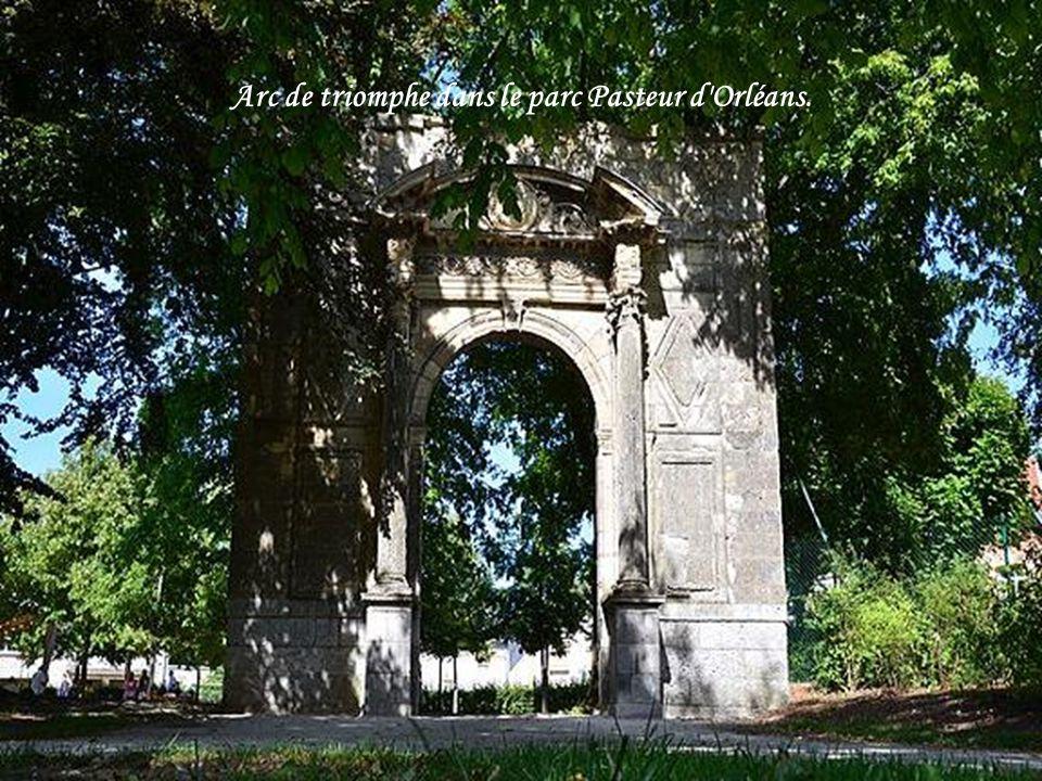 Arc de triomphe dans le parc Pasteur d Orléans.