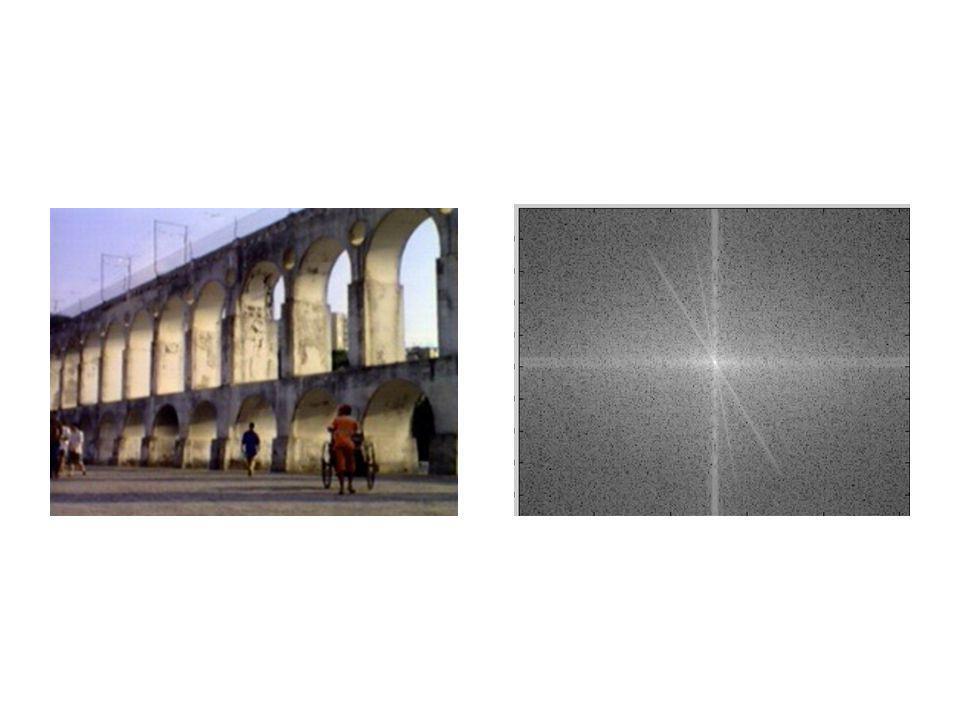 Voici une image qui contient des structures construite par l'humain, et sa transformée de Fourier.