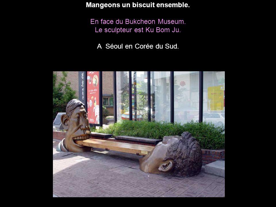 Mangeons un biscuit ensemble. En face du Bukcheon Museum