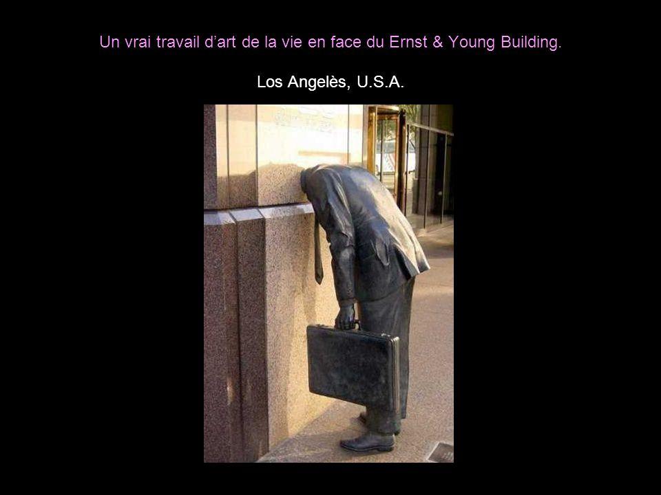 Un vrai travail d'art de la vie en face du Ernst & Young Building
