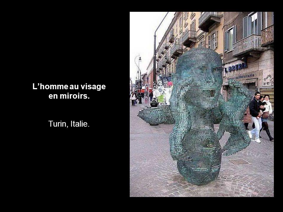 L'homme au visage en miroirs. Turin, Italie.