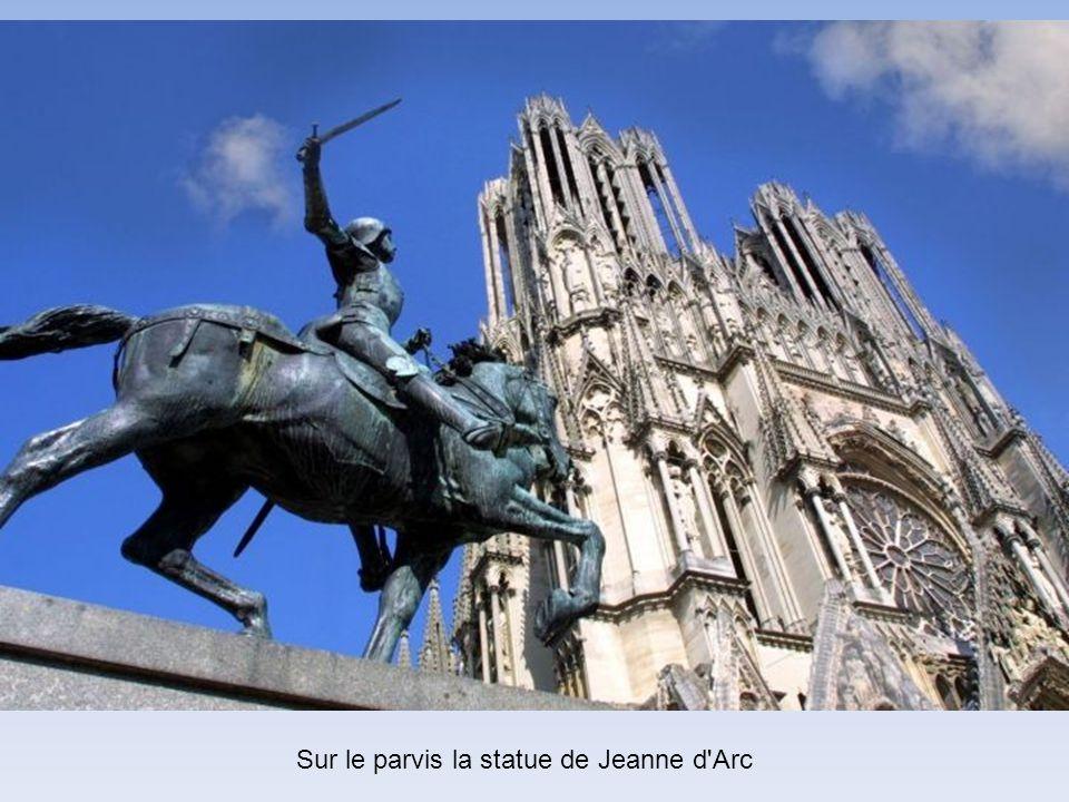 Sur le parvis la statue de Jeanne d Arc