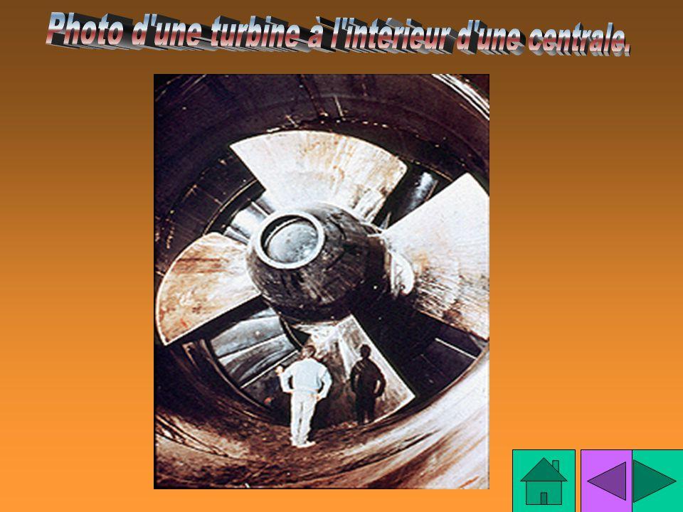 Photo d une turbine à l intérieur d une centrale.