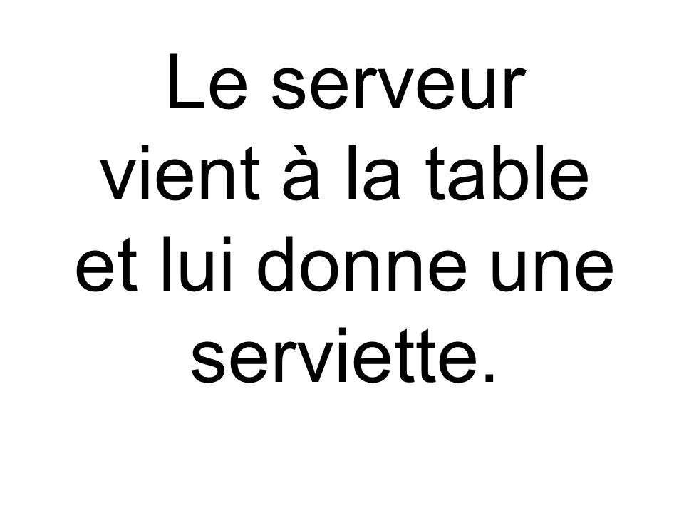 Le serveur vient à la table et lui donne une serviette.