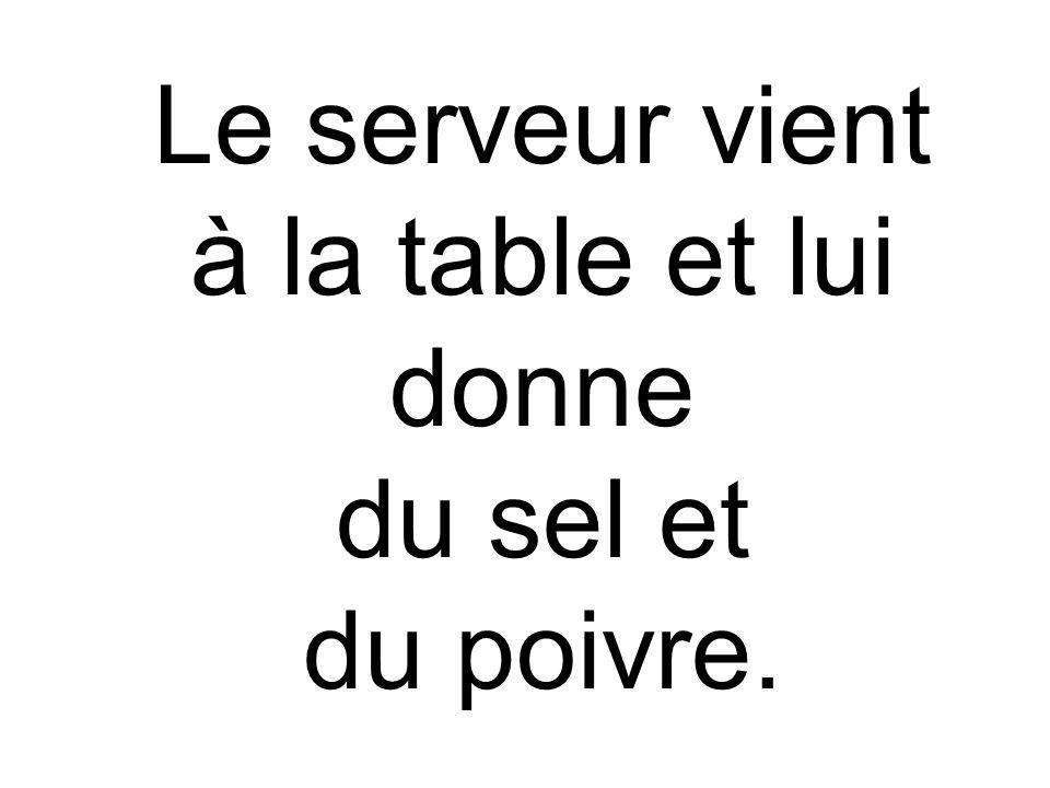 Le serveur vient à la table et lui donne du sel et du poivre.