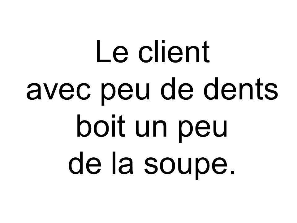 Le client avec peu de dents boit un peu de la soupe.