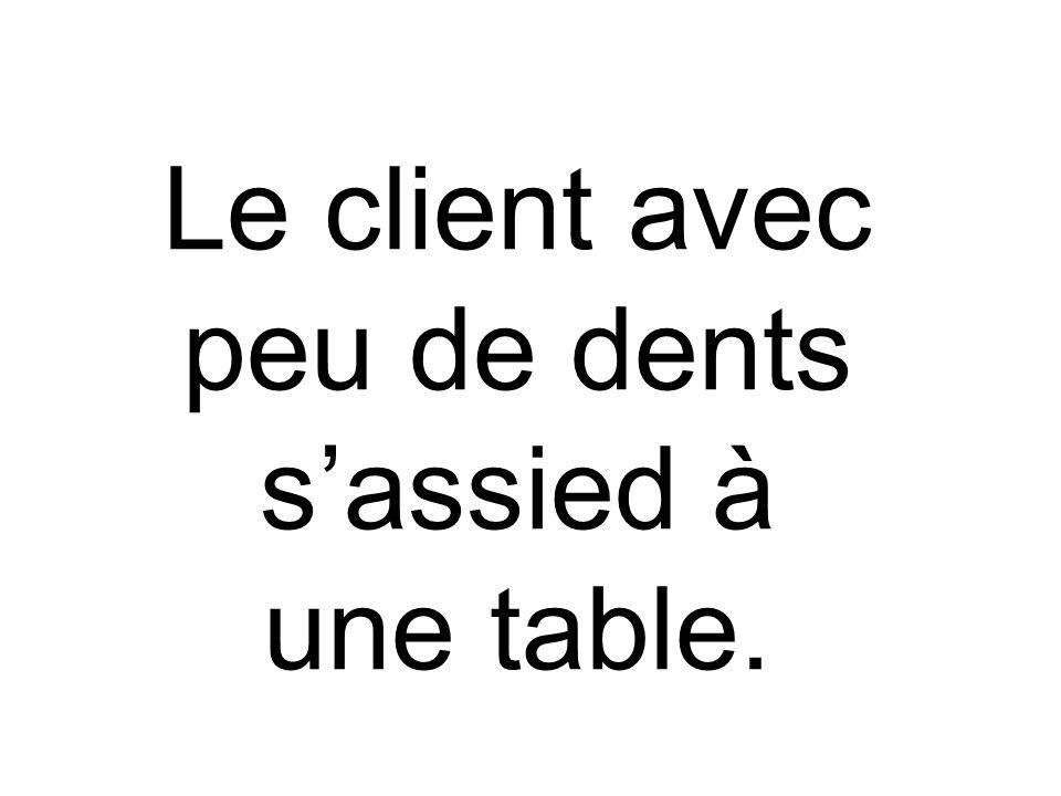 Le client avec peu de dents s'assied à une table.