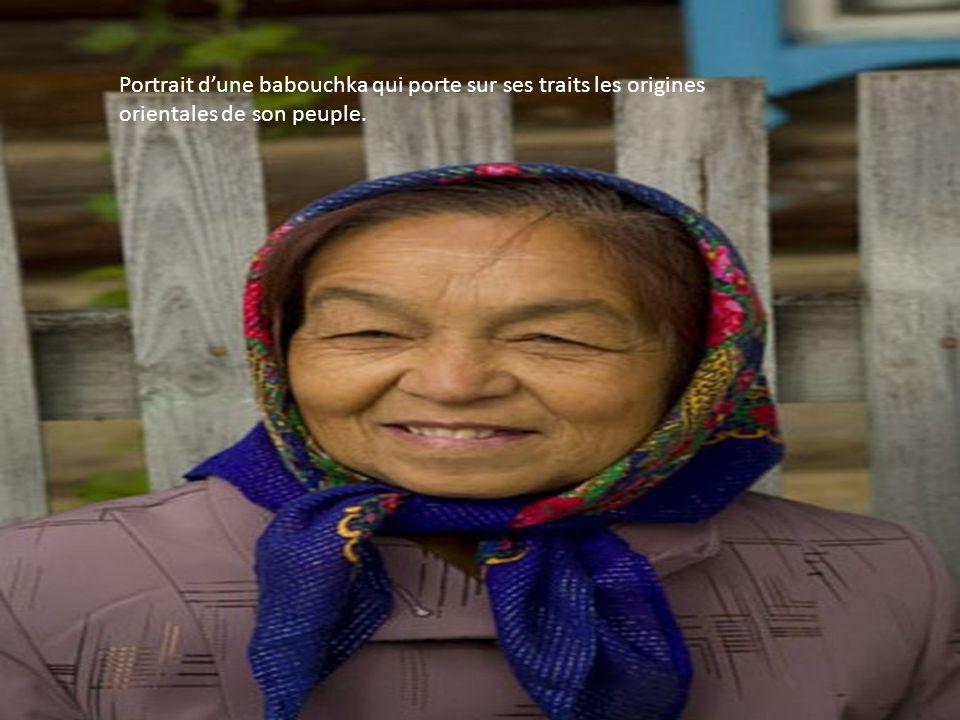 Portrait d'une babouchka qui porte sur ses traits les origines orientales de son peuple.