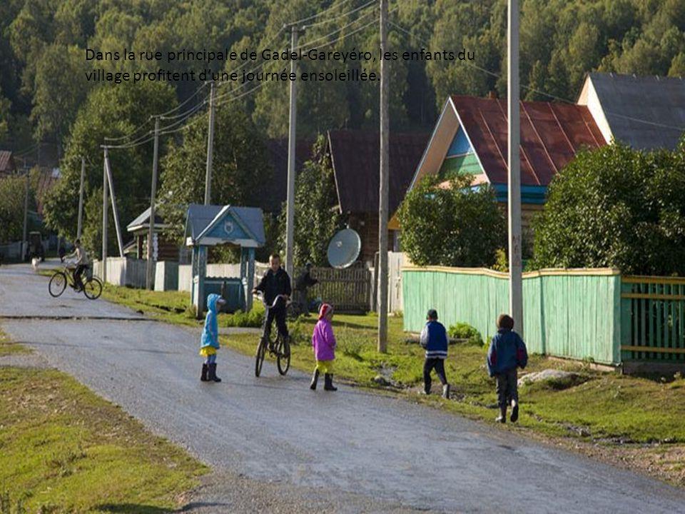 Dans la rue principale de Gadel-Gareyéro, les enfants du village profitent d'une journée ensoleillée.