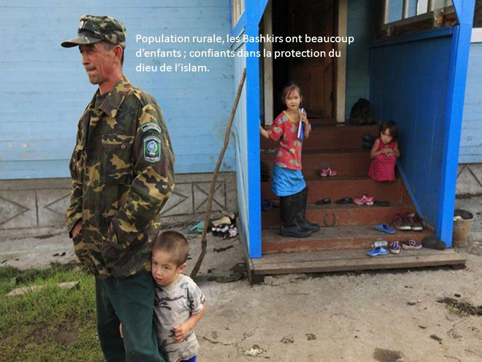 Population rurale, les Bashkirs ont beaucoup d'enfants ; confiants dans la protection du dieu de l'islam.
