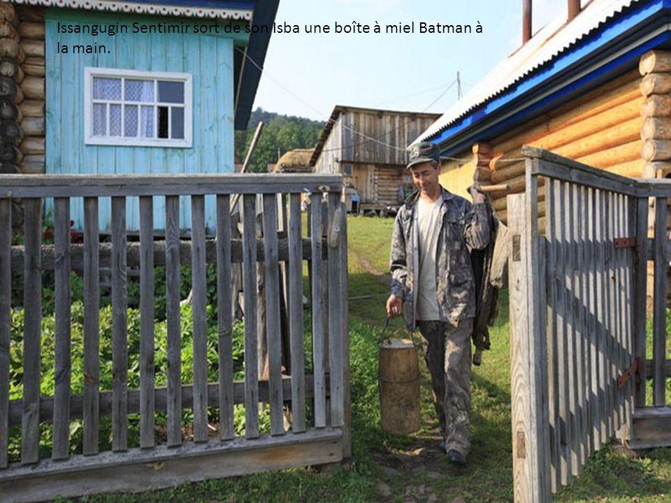 Issangugin Sentimir sort de son Isba une boîte à miel Batman à la main.