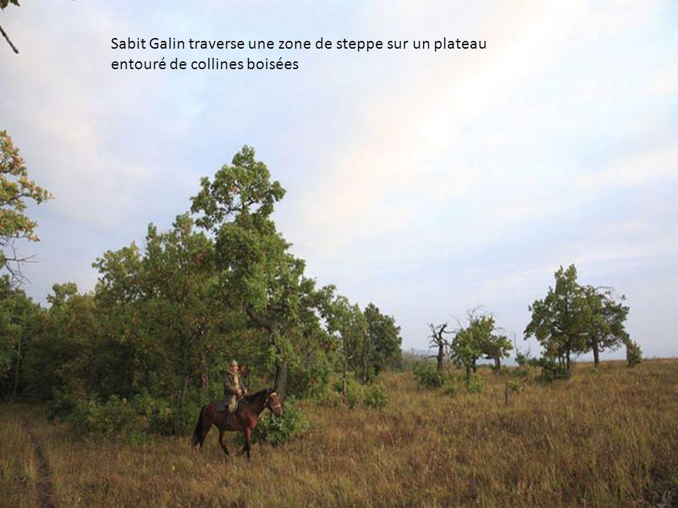 Sabit Galin traverse une zone de steppe sur un plateau entouré de collines boisées