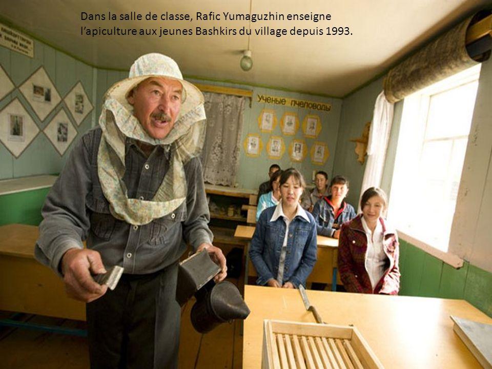 Dans la salle de classe, Rafic Yumaguzhin enseigne l'apiculture aux jeunes Bashkirs du village depuis 1993.