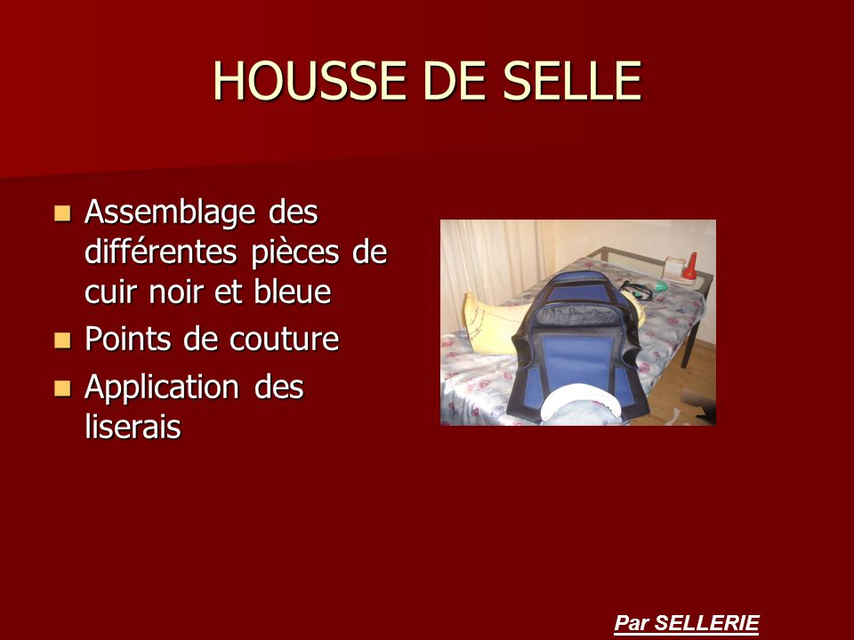 HOUSSE DE SELLE Assemblage des différentes pièces de cuir noir et bleue. Points de couture. Application des liserais.