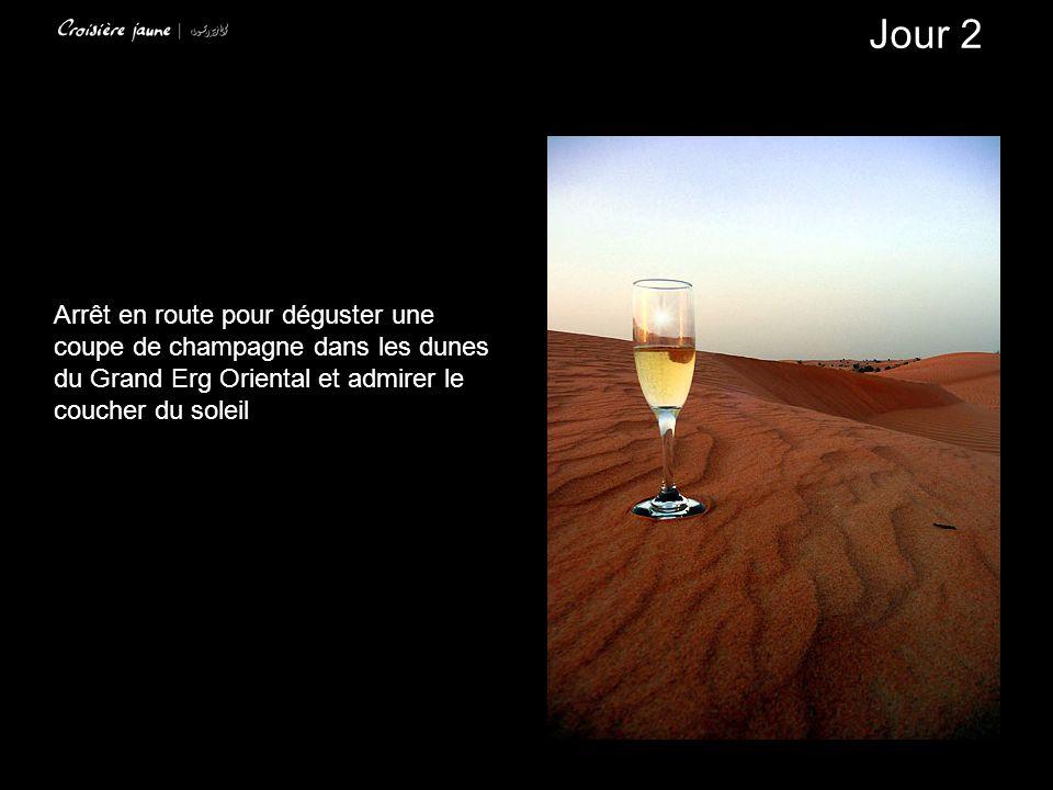 Jour 2 Arrêt en route pour déguster une coupe de champagne dans les dunes du Grand Erg Oriental et admirer le coucher du soleil.