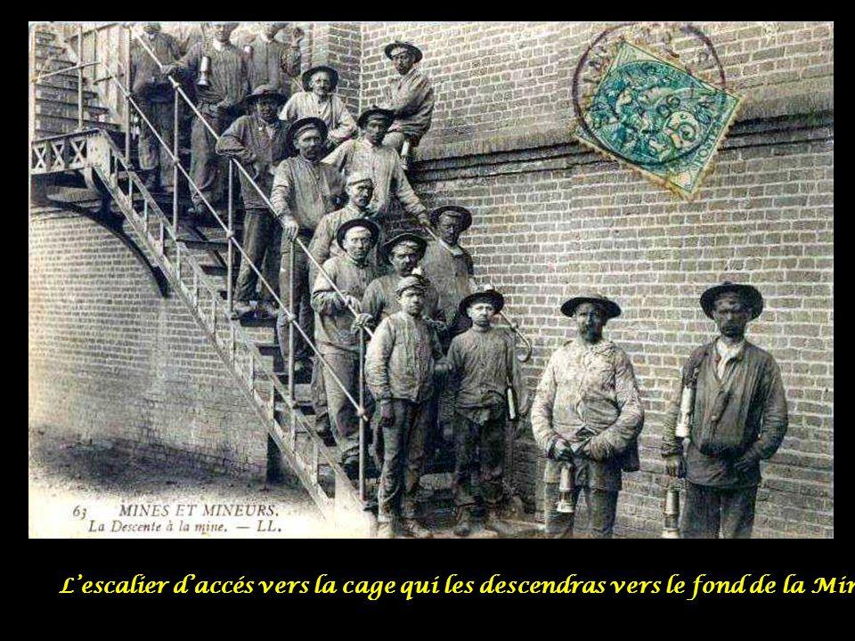 L'escalier d'accés vers la cage qui les descendras vers le fond de la Mine