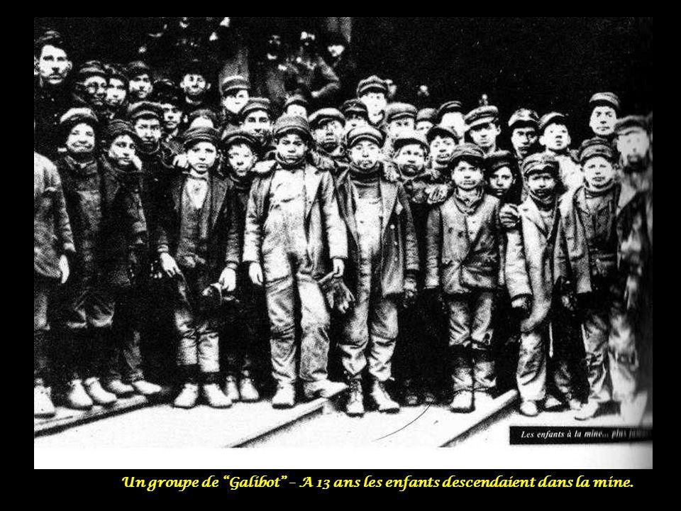 Un groupe de Galibot – A 13 ans les enfants descendaient dans la mine.