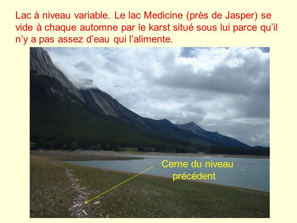 Lac à niveau variable. Le lac Medicine (près de Jasper) se vide à chaque automne par le karst situé sous lui parce qu'il n'y a pas assez d'eau qui l'alimente.