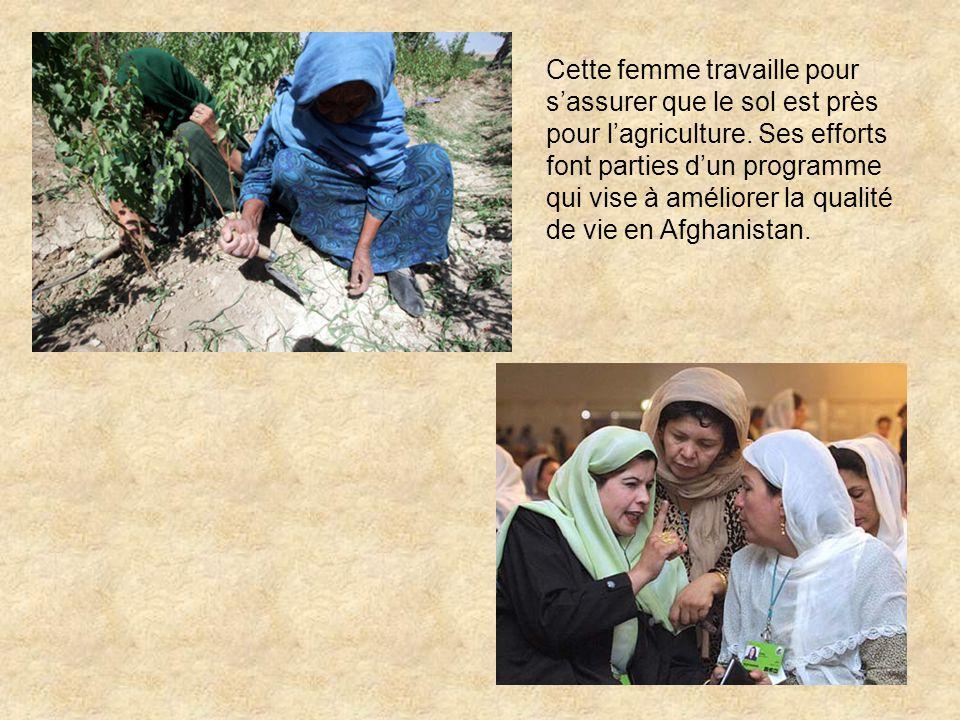 Cette femme travaille pour s'assurer que le sol est près pour l'agriculture.