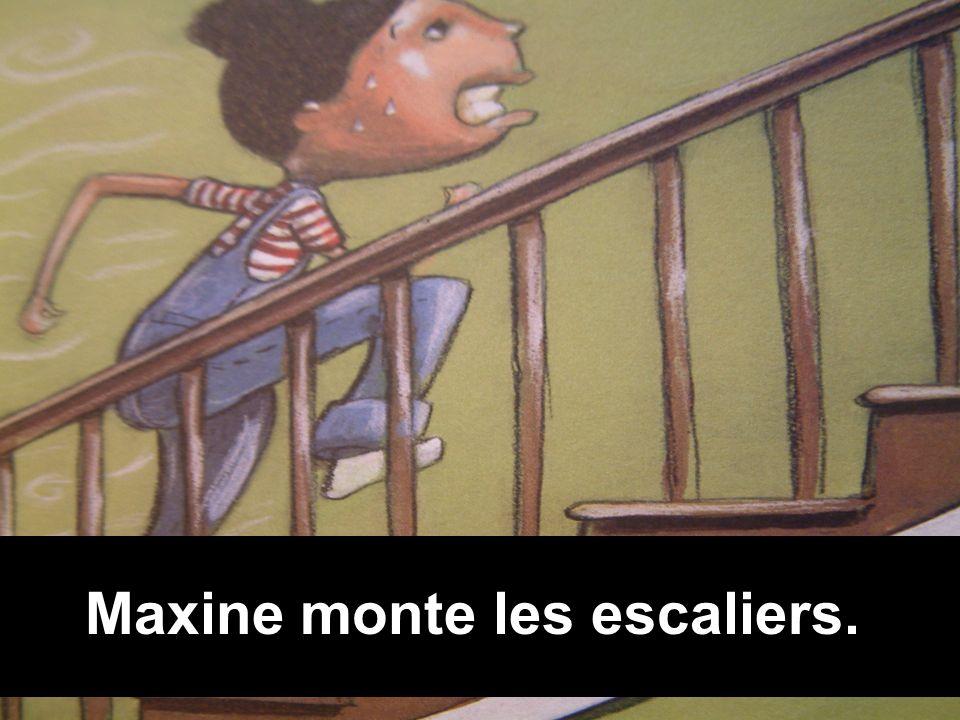 Maxine monte les escaliers.