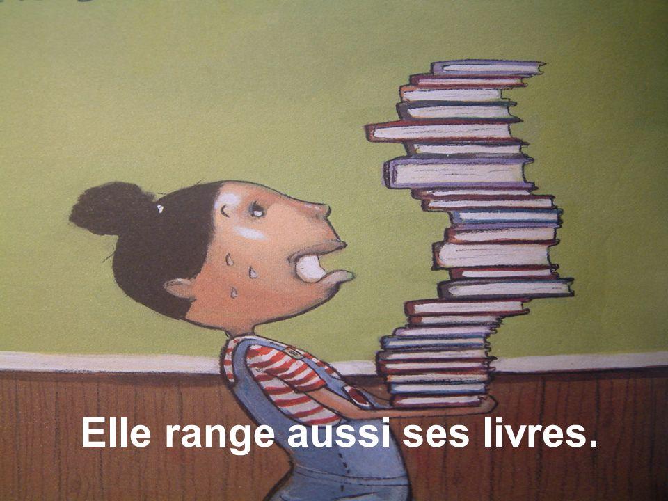 Elle range aussi ses livres.