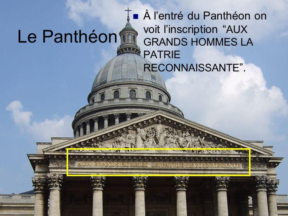 À l'entré du Panthéon on voit l'inscription AUX GRANDS HOMMES LA PATRIE RECONNAISSANTE .