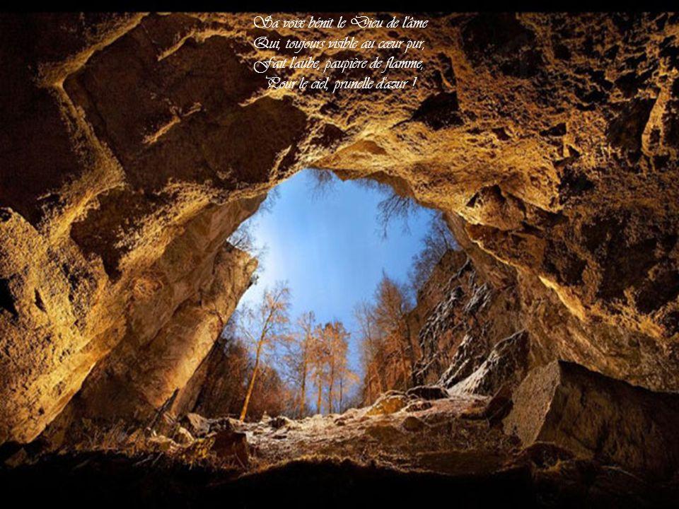 Sa voix bénit le Dieu de l âme Qui, toujours visible au cœur pur,
