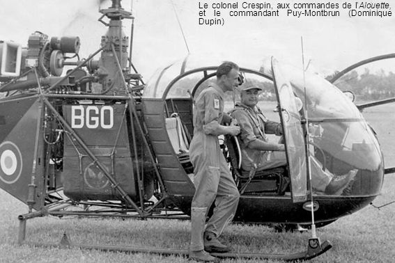 Le colonel Crespin, aux commandes de l'Alouette, et le commandant Puy-Montbrun (Dominique Dupin)