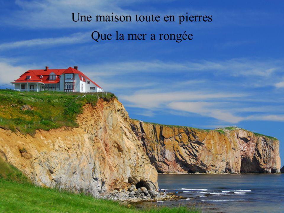 Une maison toute en pierres Que la mer a rongée