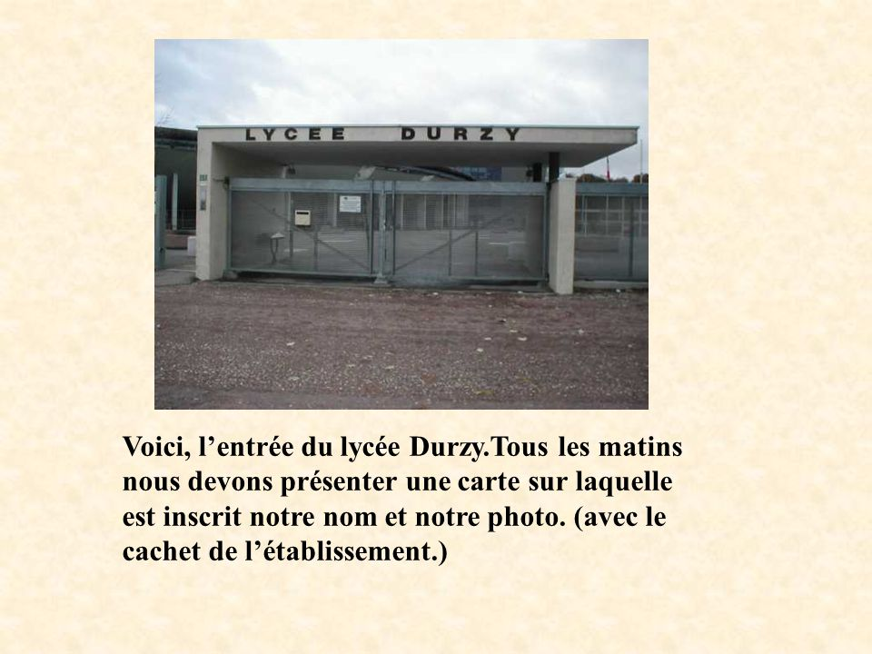 Voici, l'entrée du lycée Durzy