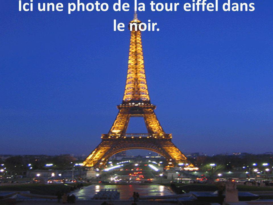 Ici une photo de la tour eiffel dans le noir.