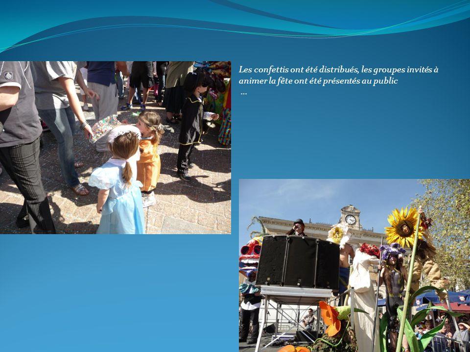 Les confettis ont été distribués, les groupes invités à animer la fête ont été présentés au public