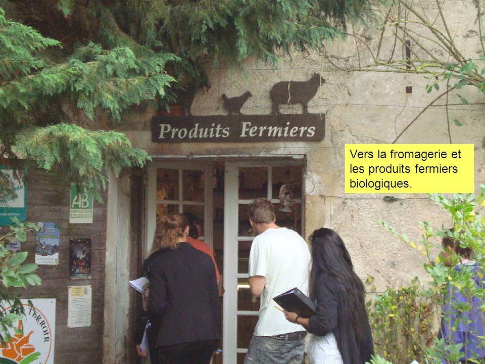 Vers la fromagerie et les produits fermiers biologiques.