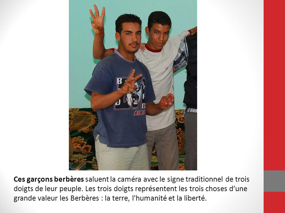 Ces garçons berbères saluent la caméra avec le signe traditionnel de trois doigts de leur peuple. Les trois doigts représentent les trois choses d'une grande valeur les Berbères : la terre, l humanité et la liberté.