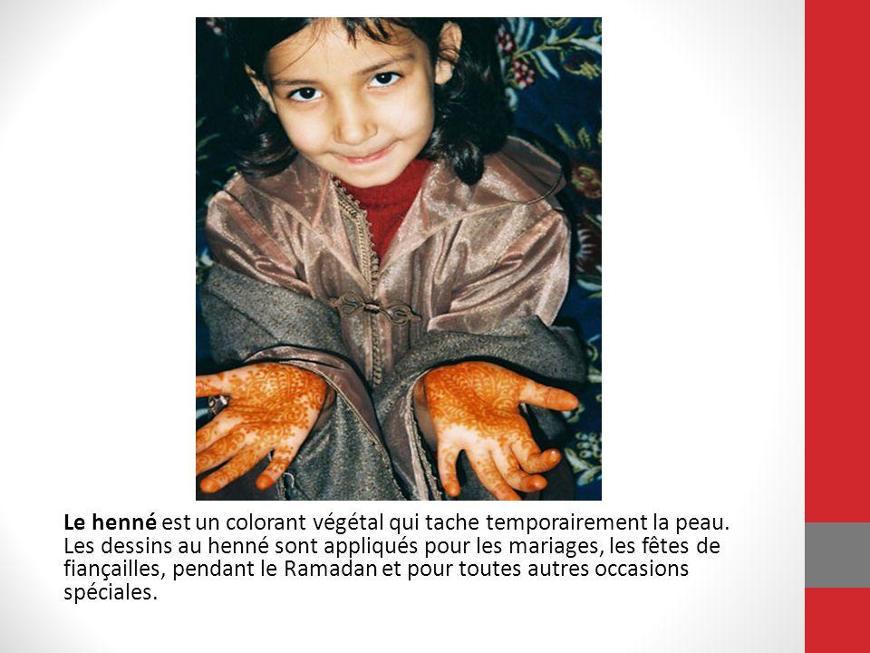 Le henné est un colorant végétal qui tache temporairement la peau