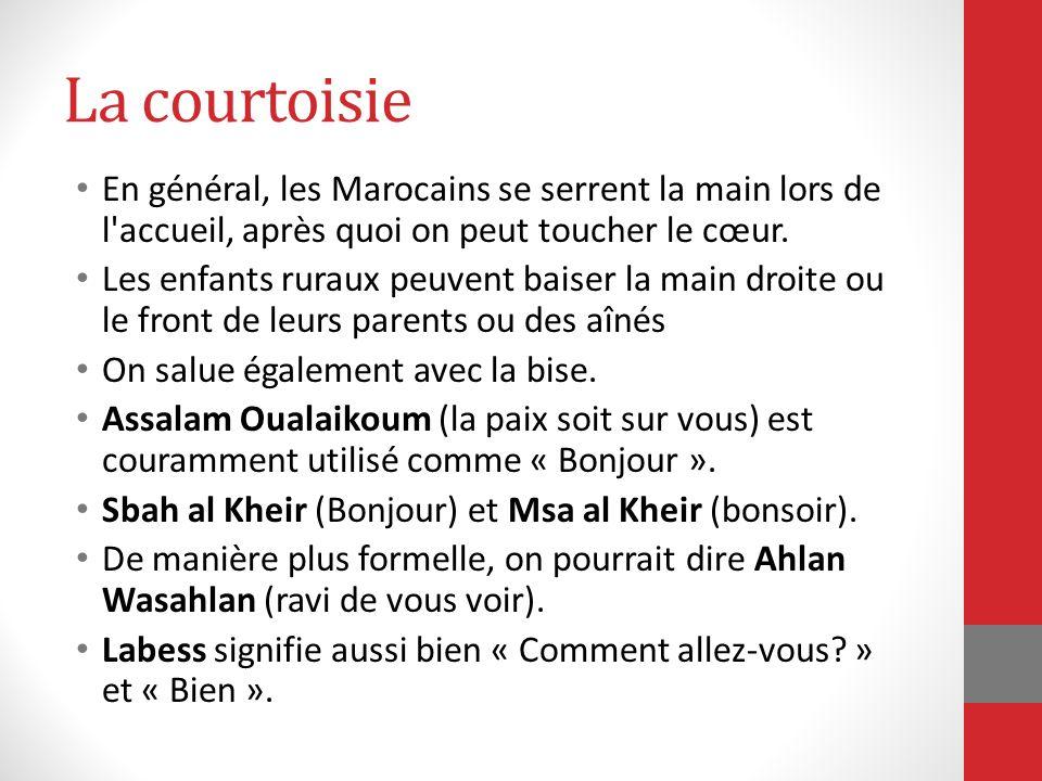 La courtoisie En général, les Marocains se serrent la main lors de l accueil, après quoi on peut toucher le cœur.