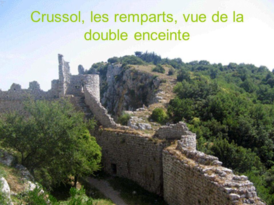 Crussol, les remparts, vue de la double enceinte