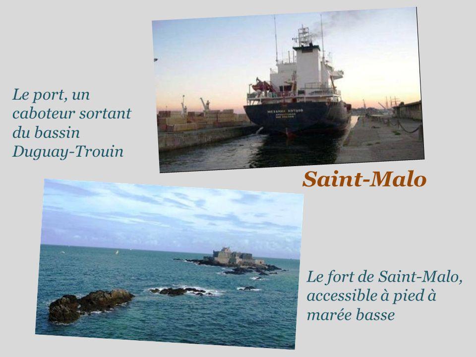Saint-Malo Le port, un caboteur sortant du bassin Duguay-Trouin